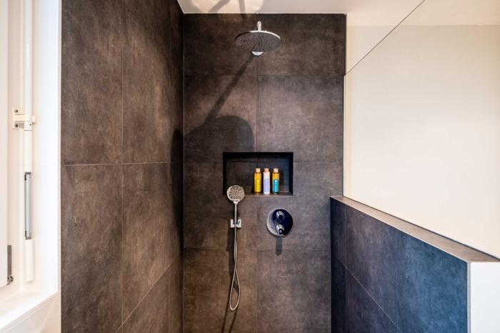 mischbatterie für dusche auswählen wichtige tipps badezimmer schwarze fliesen modernes badezimmer