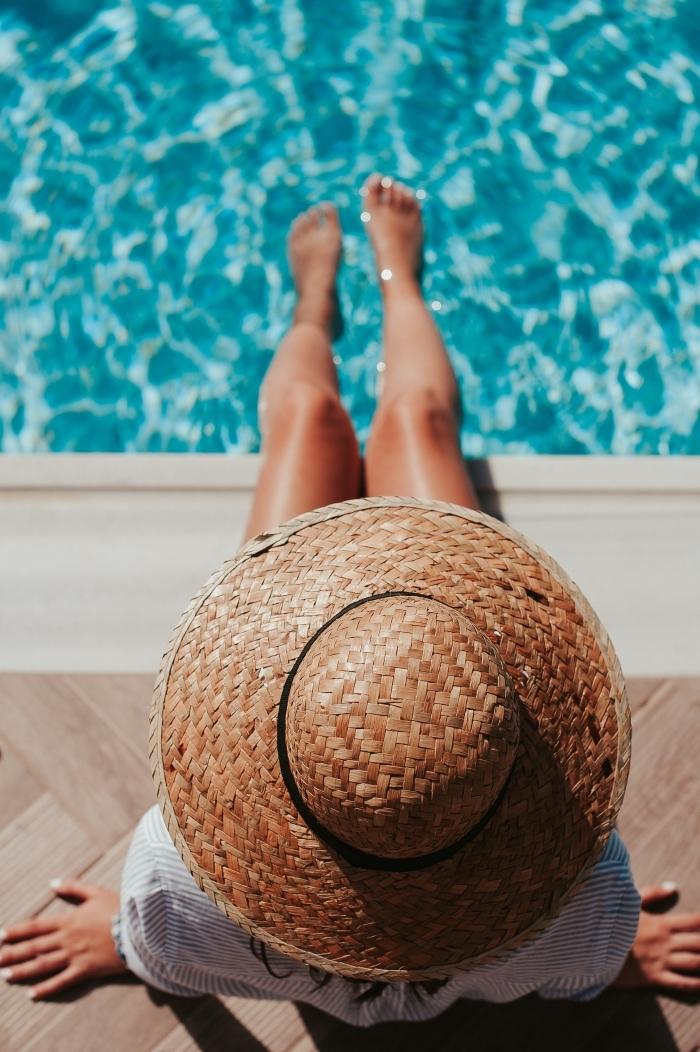 abkühlung im heißen sommer ideen für die heiße jahreszeiten am schwimmpool liegen frau mit strohut am schwimmpool im wasser durch die heiße jahreszeit kommen
