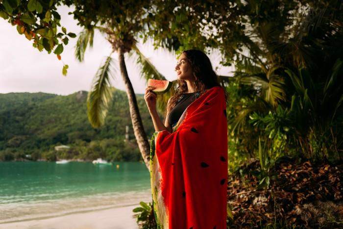 badebekleidung auswählen was beachten körpertyp frau strand palmen rotes badetuch wassermelone
