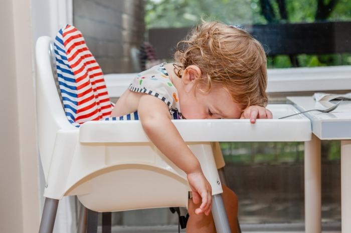 kind schläft auf einem stuhl esszimmer einrichten für kinder