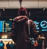 mann mit einem fotoaparat und jacke was sollten sie am flughafen nie machen wichtige tipps
