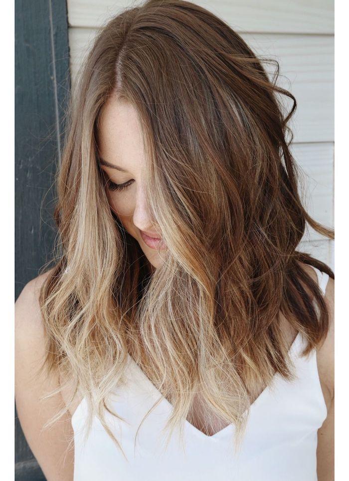 2021 haarfarben trends welche strähnen passen zu blonden haaren blonde highlights vorne gesichtrahmen ideen weißes top