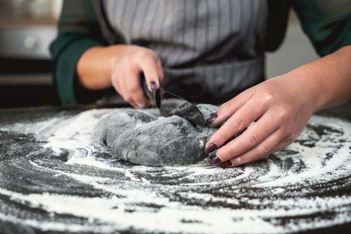 22 koch schneidet teig für brötchen diy kürbisbrot rezept mit frischer hefe halloween essen selber machen