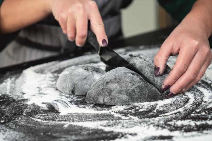 23 teig zu kürbis formen mit einem messer kürbisbrot mit dinkelmehl selber machen gruseliges essen für halloween