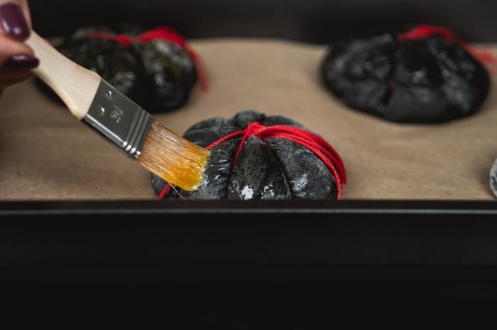 30 teig mit butter streichen gruselige halloween rezepte zum selber machen einfach und schnell kürbis backen