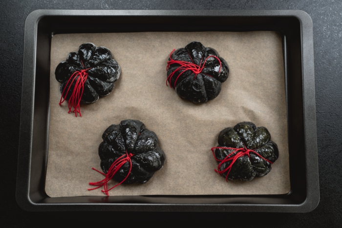 32 kürbisbrot backen mit schwarzem teig gruselige rezepte zu halloween selber backen kreative ideen und inspiration