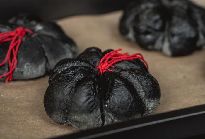 33 kleine brötchen selber machen kürbisbrot rezept mit frischer hefe zubereiten gruselige gerichte
