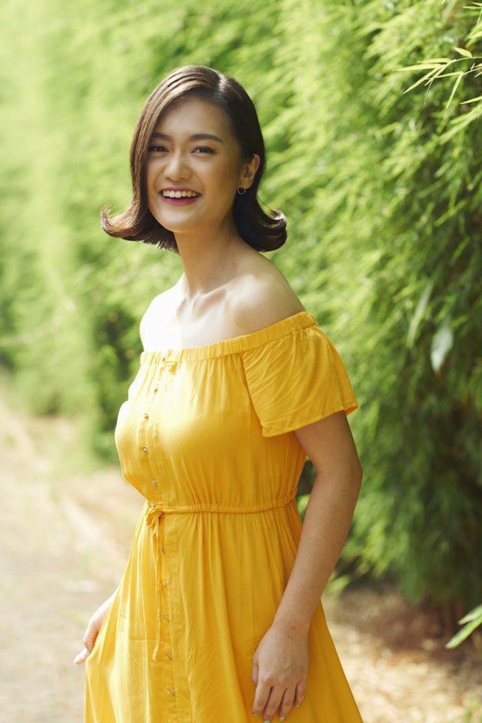 8 elegante dame im gelben kleid frisuren 2021 frauen mittellang hair flip frisur selber machen braune haare