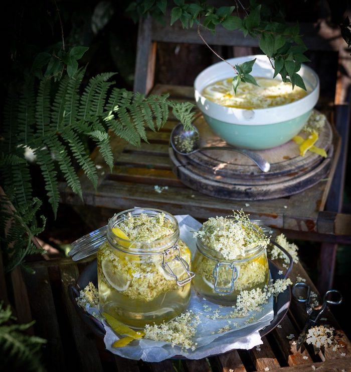 holunderblütensirup selber machen v ohne zucker grüne pfllanzen ein stuhl aus holz