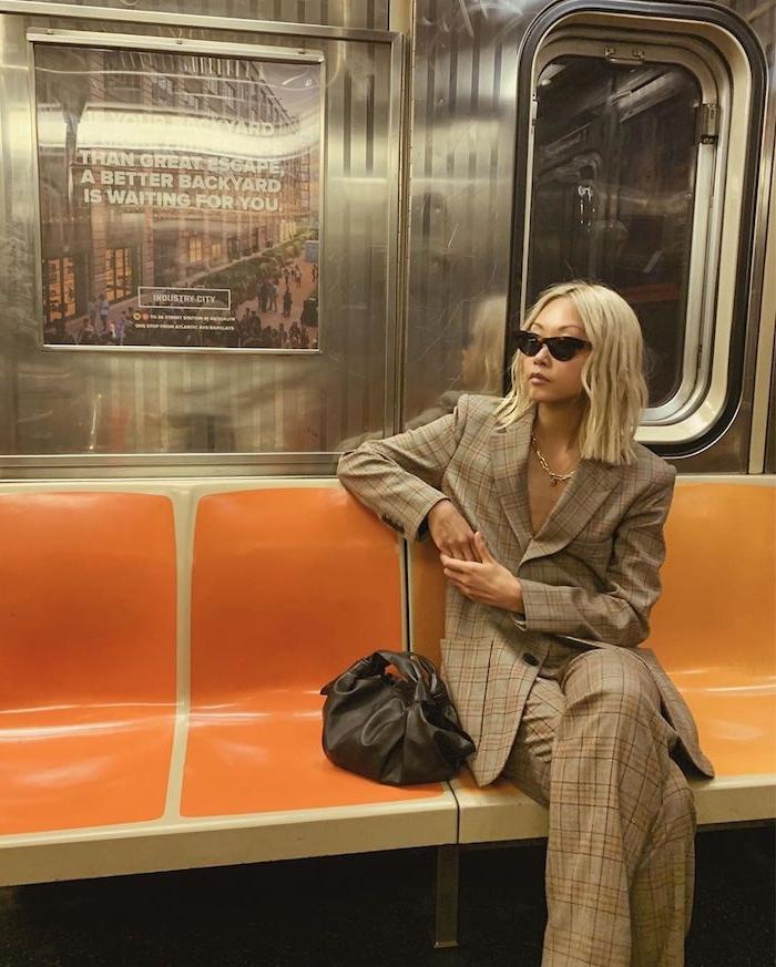 vanessa hong style inspiration karierter anzug oversized goldene halskette outfit inspo blonde haare gewellt schwarze handtasche und sonnenbrillen bob frisuren 2021