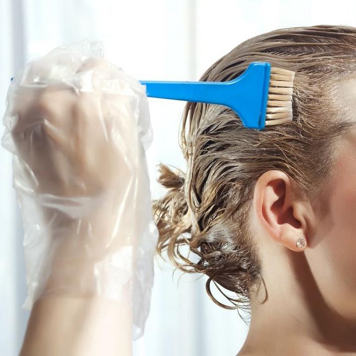 aschblond balayage grau haartönung rossmann haar farben haare tönen frau färbt sich selbst blaue pinsel