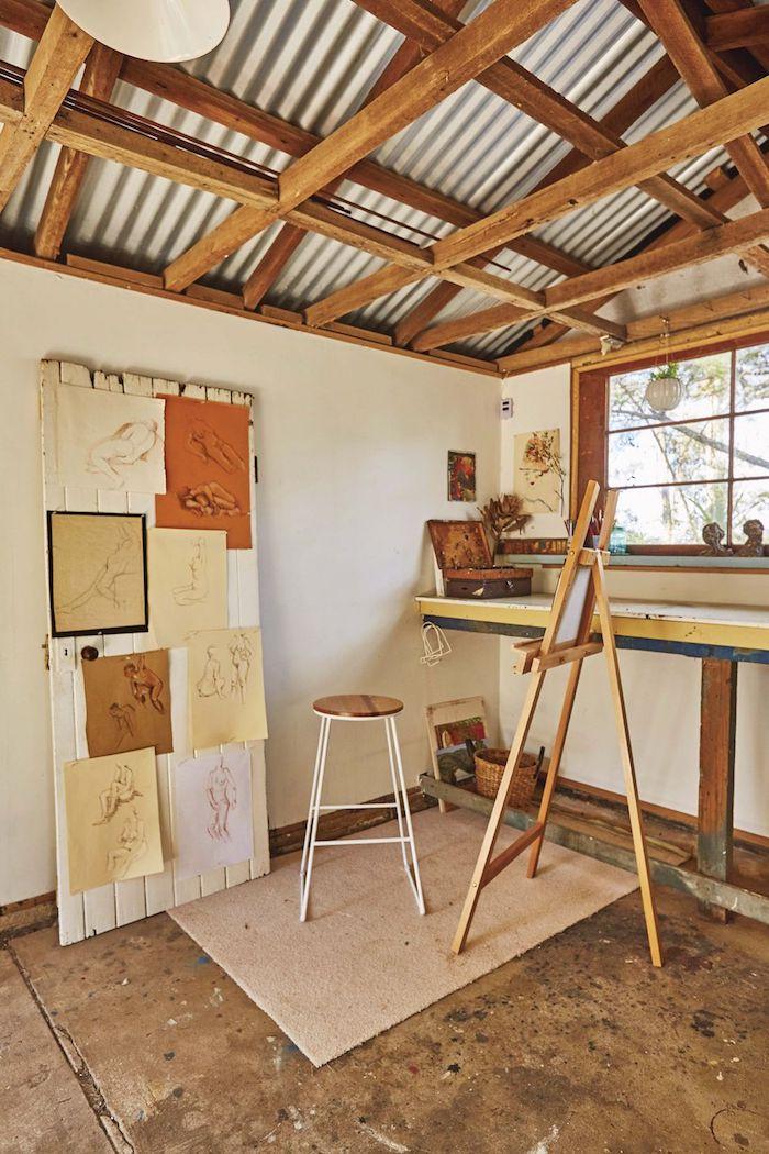 atelier einrichten garten holzhaus umwandeln ideen und inspiration kleiner bildständer aufgehängte zeichnungen kreative inspiration inneneinrichtung