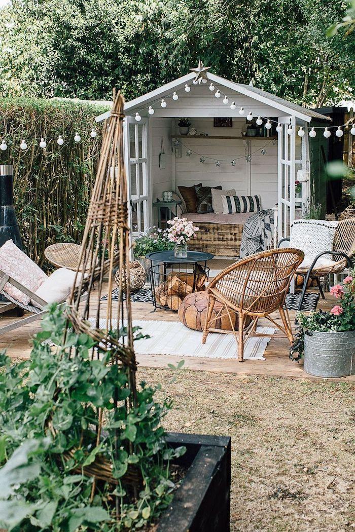 außeneinrichutng gartenhaus mit terrasse inspo boho chic style gartenmöbel aus holz renovierung gartenschuppen mit bett