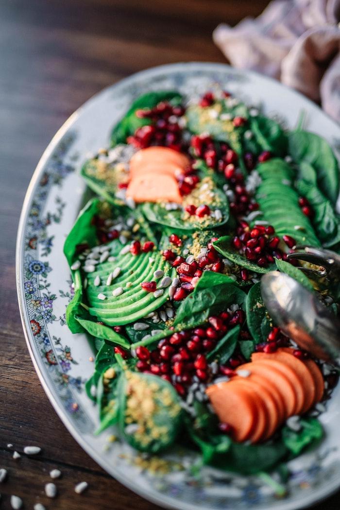 avocado rezepte welche salate passen zum grillen ein salat mit geschnittenen avocados