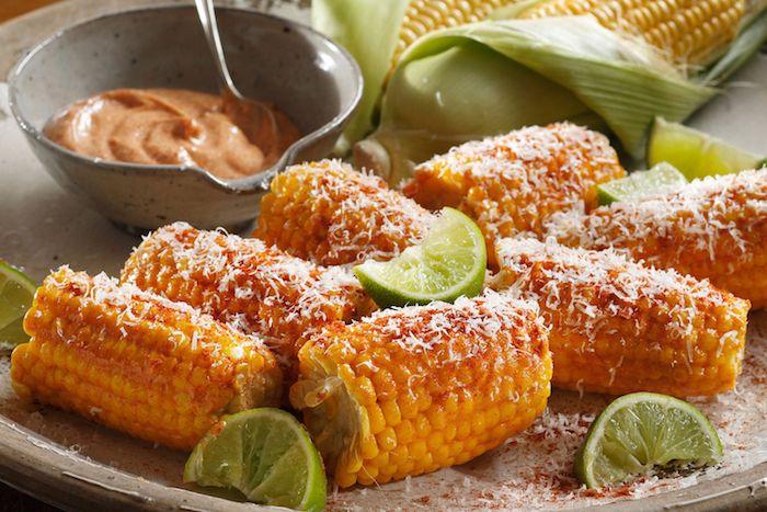 bailagen zu mexikanischen gerichten mexikanische gerichte mit gegrilltem maiskolben und käse und limette