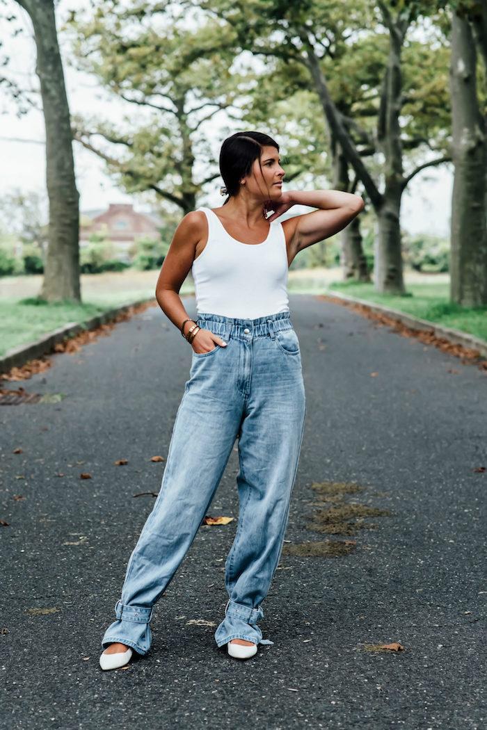 basic outfit ideen und inspiration paperbag jeans damen mit weißem top und schuhen damen mit schwarzen haaren