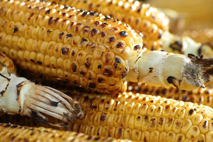 beikagen zum grillen viele große gegrillte maiskolben gerichte mit maiskolben