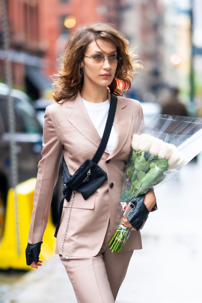 bella hadid street style eleganter anzug schwarze umhängetasche shaggy frisur mittellang braune haare mit strähnen
