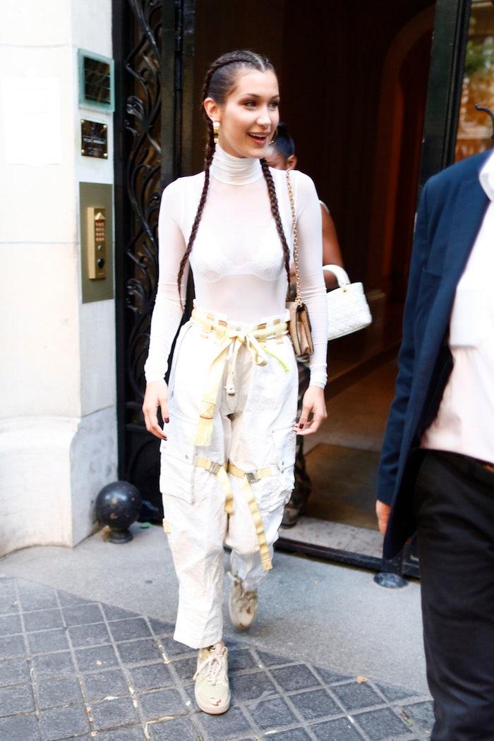 bella hadid street style weißes monochromes outfit weite paper bag hose gepaart mit rollkragen bluse und sneakers