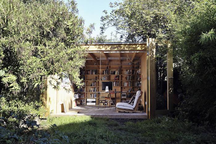 bibliothek klein gartenhäuschen renovieren und umwandeln kreative und originelle ideen viele grüne bäume