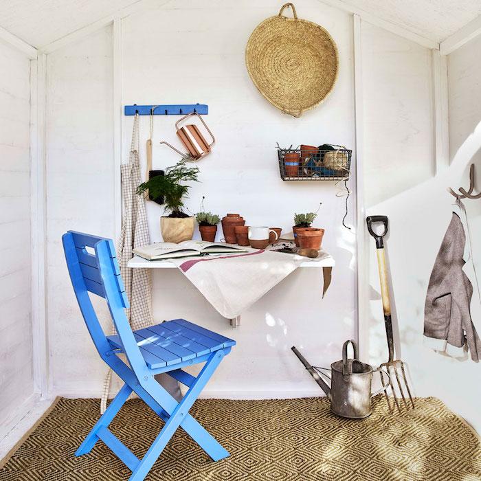 blauer gartenstuhl verschiedene gartenwerkzeuge und töpfe garten holzhaus renovieren ideen und inspiration