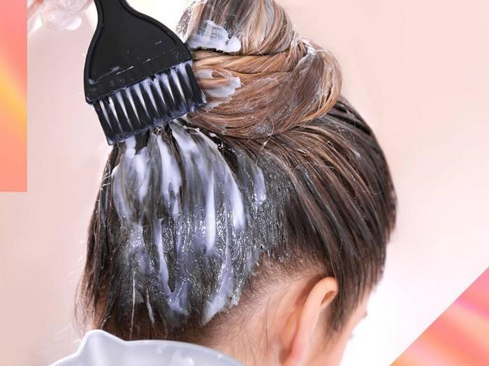 blond tönung ansatz färben aschblond balayage grau haar selber färben frau mit braunem haar färbt sich selber