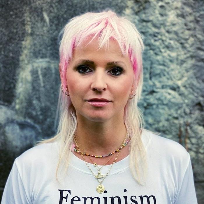 blonde haare pinke strähnen mullet hair moderne haarschnitt weißes t shirt mit aufdruck