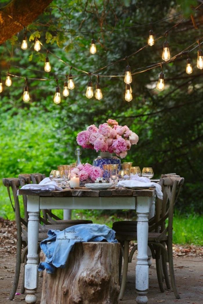 blumenstrauß pfingstrosen romantische hängeleuchten esstisch und stühle aus holz kleiner garten ideen einrichtung