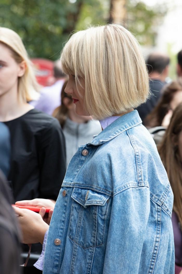 blunt cut frisur ideen und inspiration dame mit hell blonden haaren kurzhaarfrisuren mit pony helle denim jacke street style inspo