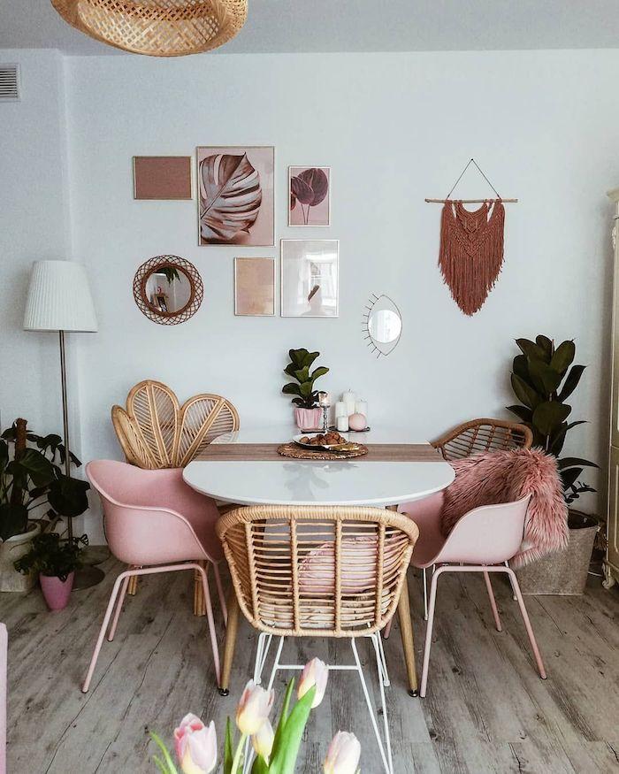 böhmische inneneinrichtung inspiration esszimmer einrichten ovaler esstisch pinke stühle minimalistische wandgestaltung essbereich dekoration grüne blumen