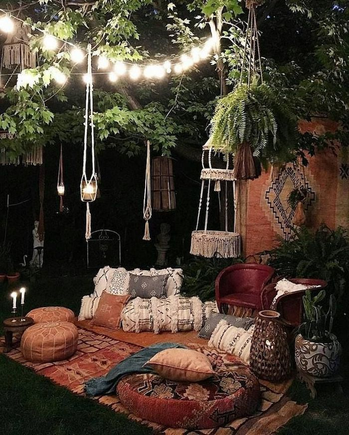 boho chic garten modern gestalten vintage bunter teppich kleine und große kissen auf dem boden deko hängeleuchten und kerzen