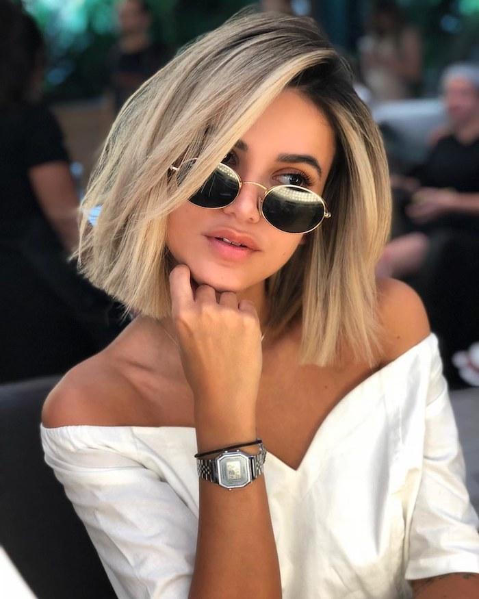 braune haare mit blonden strähnen bob frisuren mittellang runde sonnenbrillen weißes elegantes kleis modernes outfit
