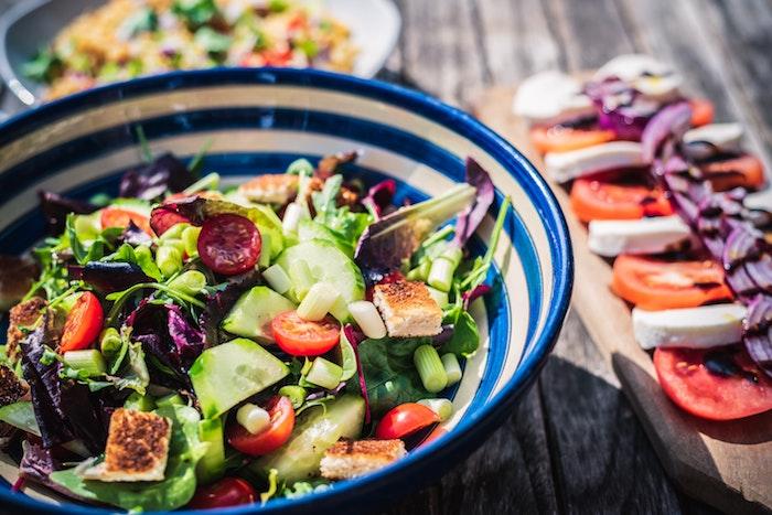 brett aus holz ein frischer salat mit gurken was kann man für salate zum grillen machen salat mit tomaten