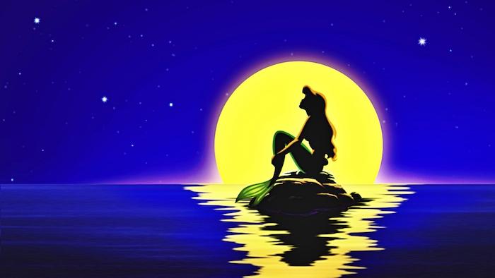 cartoon hintergrundbilder arielle die kleine meerjungfrau auf einem stein im meer vor dem mond disney