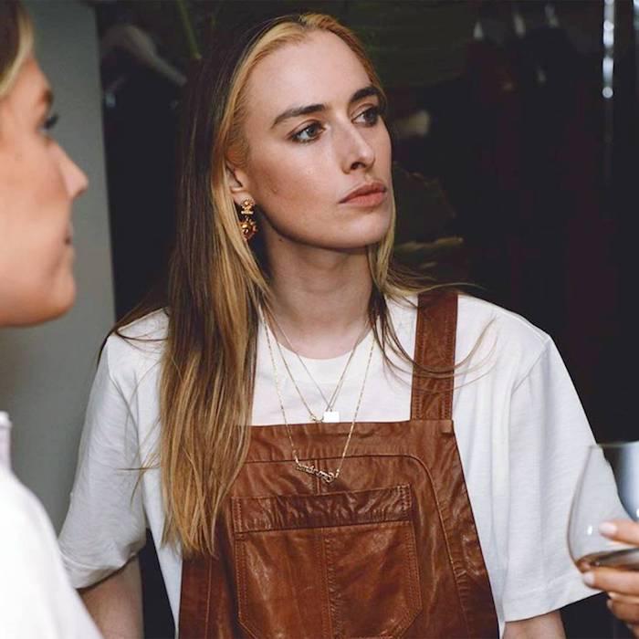 casual outfit braune latzhose kombiniert mit weißem t shirt frau mit langen haaren balayage braune haare blonde strähne vorne inspo