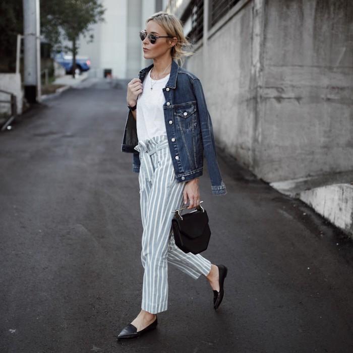 casual-street-style-dunkel-blaue-jeans-jacke-grau-weiß-gestreifte-paperbag-hose-damen-lässiges-weißes-t-shirt-mini-schwarze-tasche-flache-schwarze-schuhe