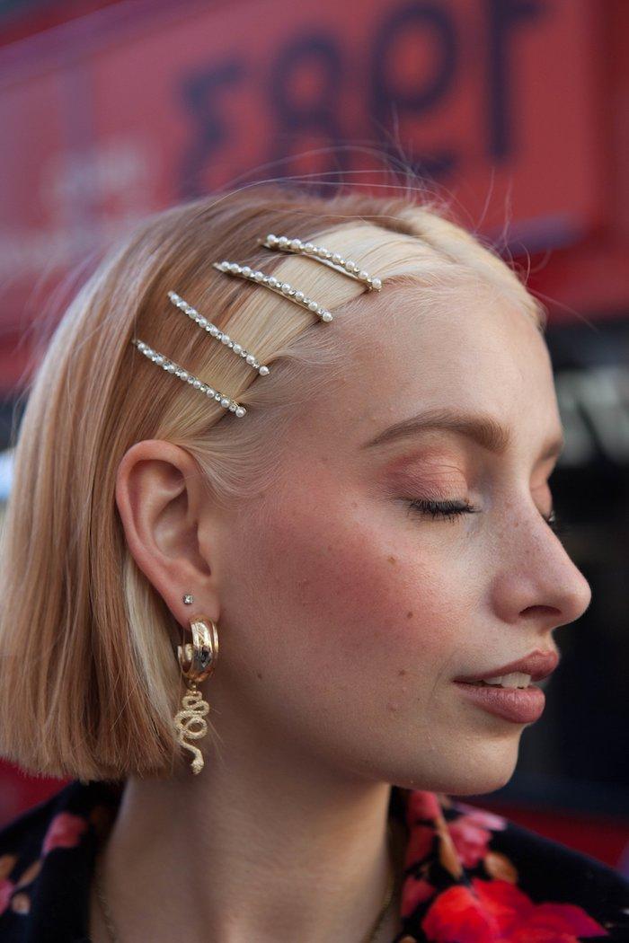chunky highlights trend kurzer bob haarschnitt street style inspiration goldene ohrringe accessoires welche strähnen passen zu blonden haaren blonde strähne vorne