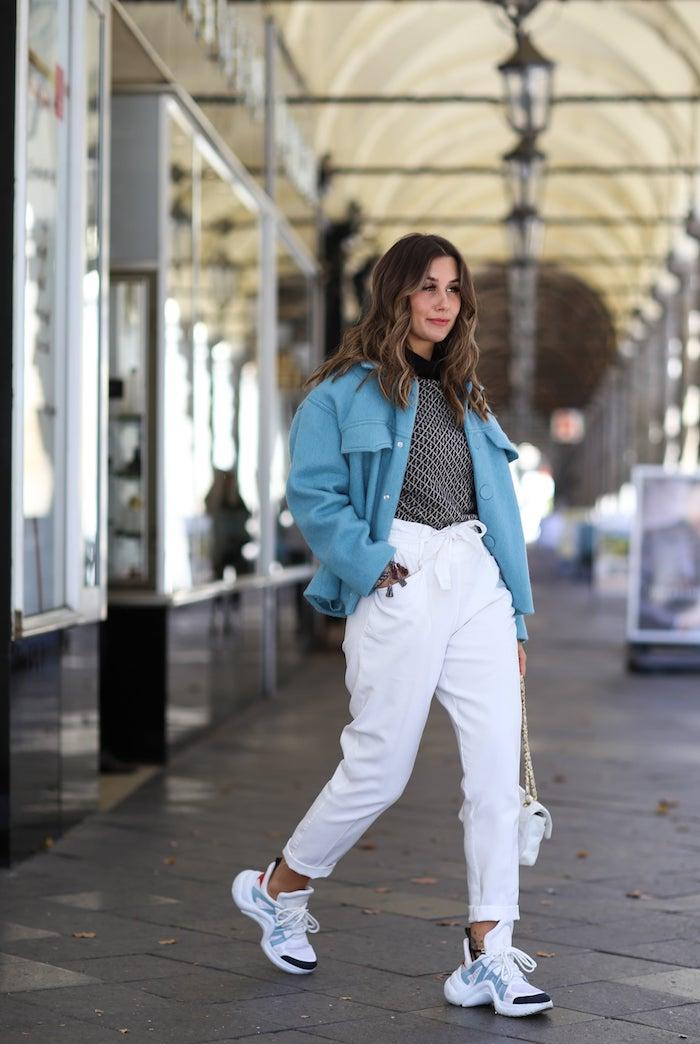 chunky weiße sneakers kurzer blauer mantel was ist eine paperbag hose styling ideen und tipps