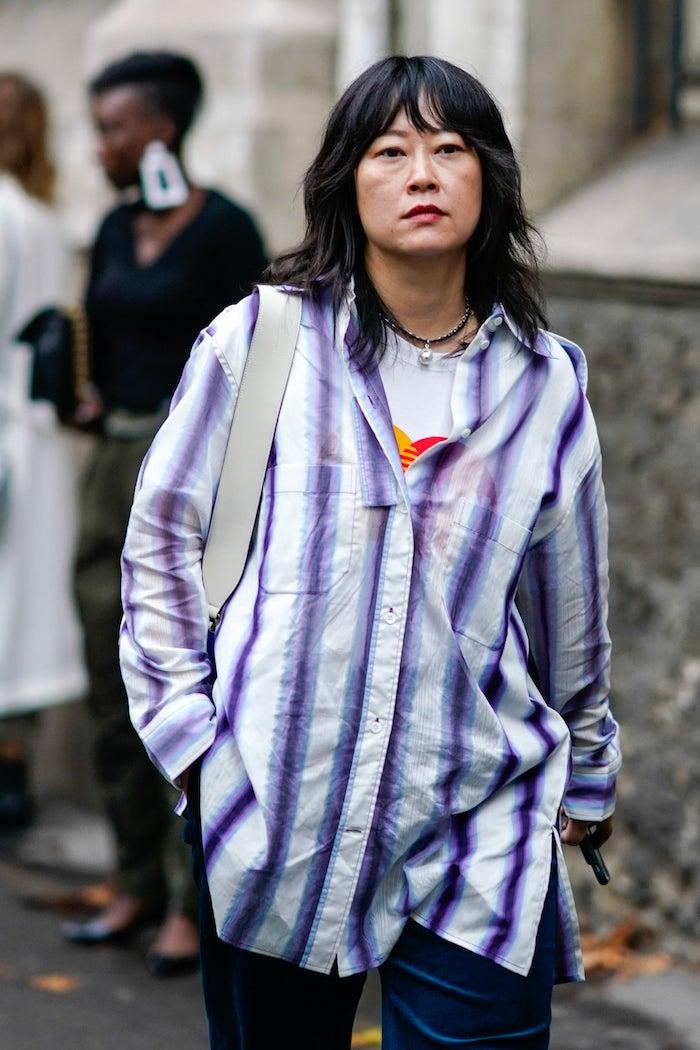 coole outfits inspiration oversized hemd mit lila streifen frau mit schwarzen haaren modern shag haarschnitt mit pony