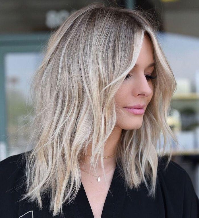 dame mit gewellten blonden haaren mittellange haare stylen ideen und inspiration haarstyles