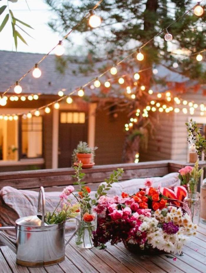 dekoration garten romantisch schöne blumen in einer vase kleine hängeleuchten garten ideen einfach gestalten und einrichten