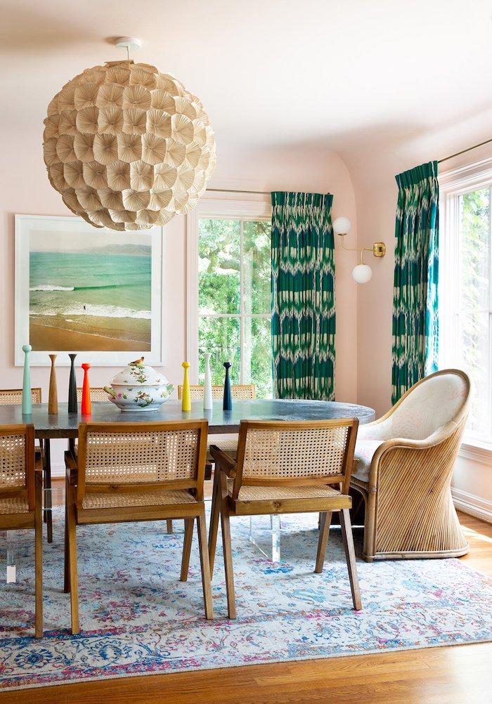 dekoration von essbereich modern großer esstisch aus marmor große pendelleuchte gewebte holzstühle grüne gardinen blass pinke wandfarbe großes bild vom meer esszimmer einrichten