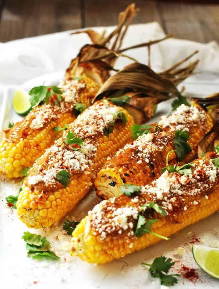 die besten beilagen zum grillen mexikanische gerichte mit gegrilltem maiskolben und frischer petersilie und käse