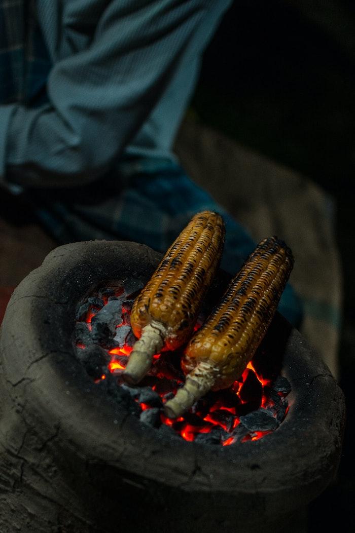 die besten beilagen zum grillen mexikanische maiskolben kochen tipps zwei gegrillten maiskolben