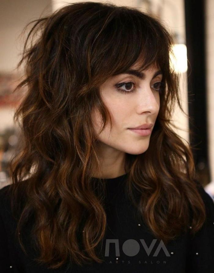 dunkelbraune haare mit strähnen lange gewellte haare shag.haircut trend 2021 haarschnitte inspiration