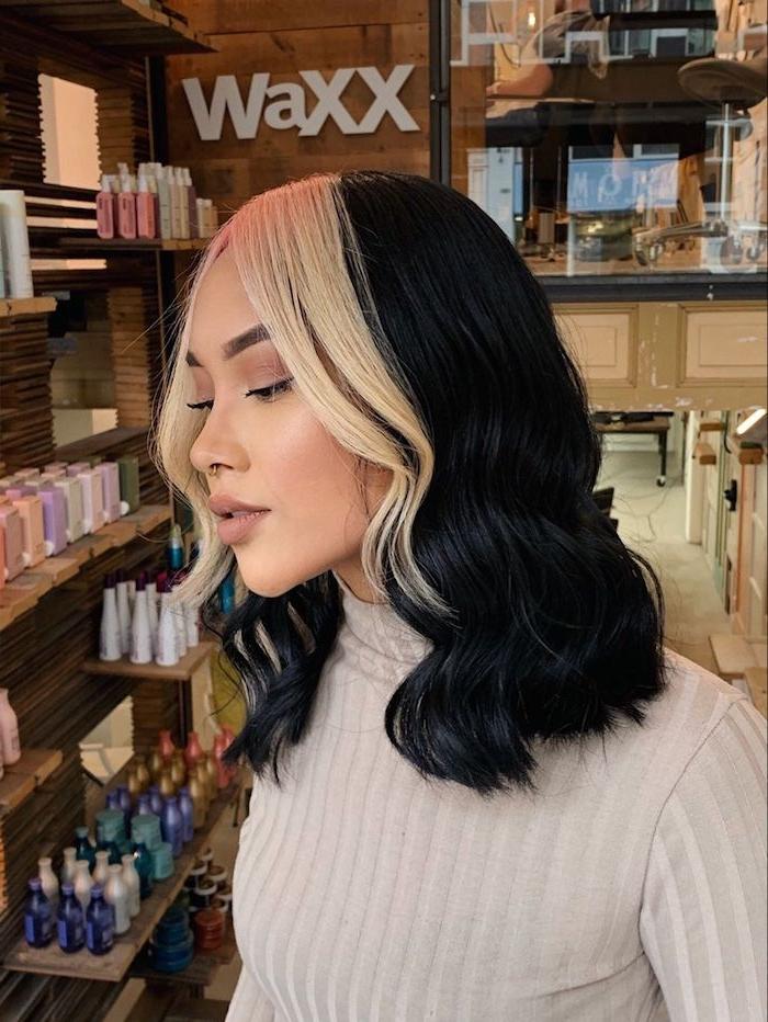 dunkle schwarze mittellange haare blonde strähne vorne kleiner nasenring beiger rollkragepullover moderne haarfarben trends 2021