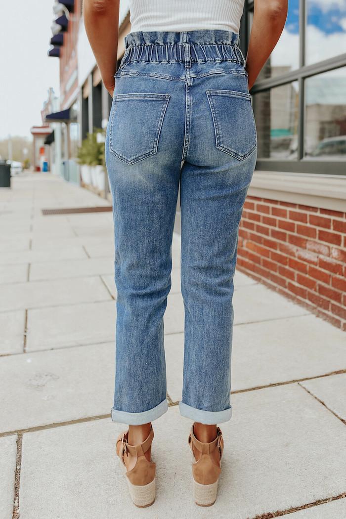 dunkle waschung jeans mit hohem bund paperbag hose stylen mit braunen schuhen mit absatz und weißem top styling inspiration