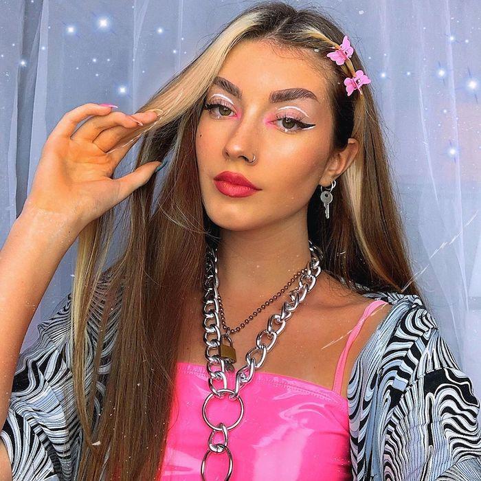 e girl outfit pinkes kleid große halskette pinker make up braune haare mit strähnen blond vorne ohrringe mit schlüssel
