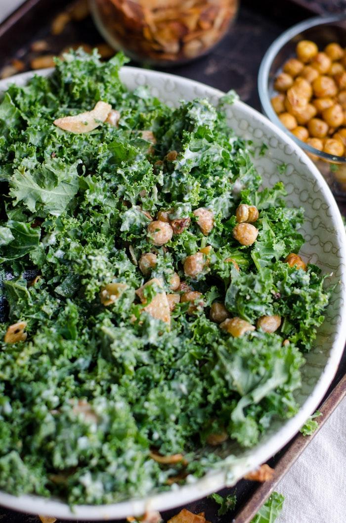ein frischer grüner salat mit kichererbsen und einer cremigen weipen soße
