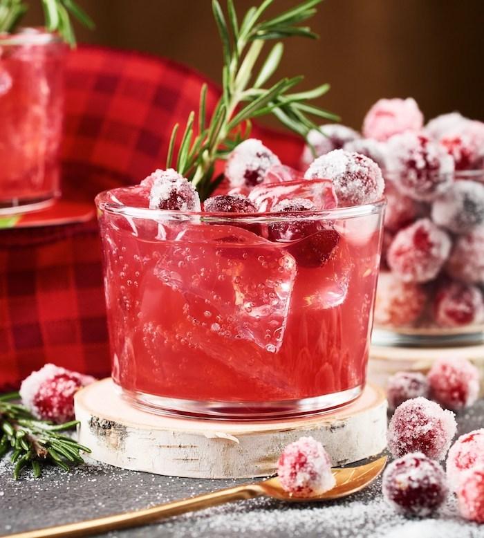 ein glas mit rotem cocktail mit vielen eiswürfeln kandierte äpfel selber machen ein löffel